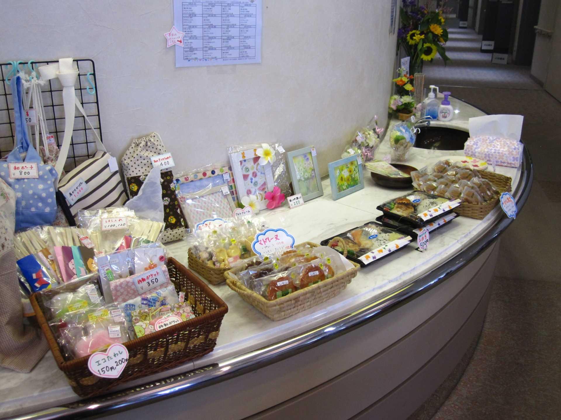 お菓子、小物の販売